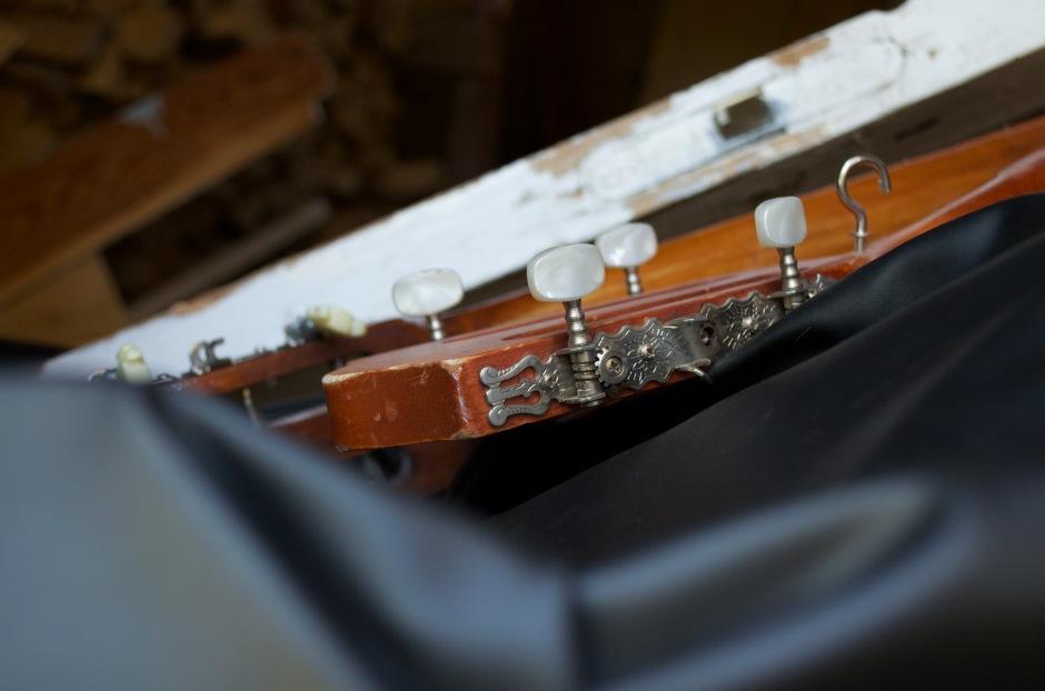 Kitara, joka rikottu, josta tehty naulakko, joka rikottu, jonka osat jemmattu
