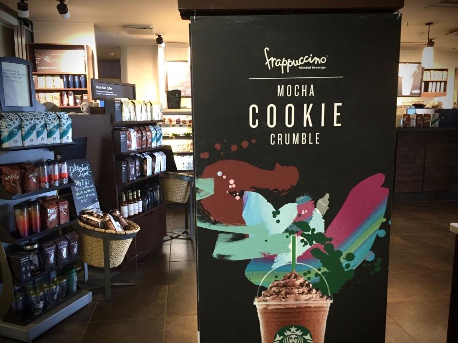 Mocha Cookie Crumble Frappuccinot lentokentän Starbuckissa.