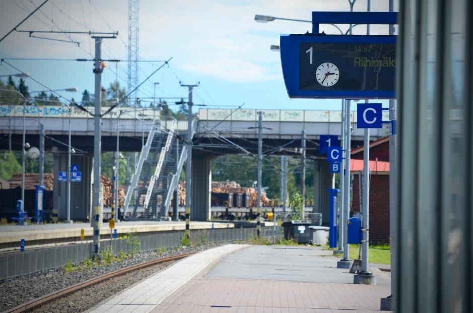 Liikenne on systeemistä. Junat etenevät systemaattisesti aikataulujen mukaisesti asemalta toiselle.